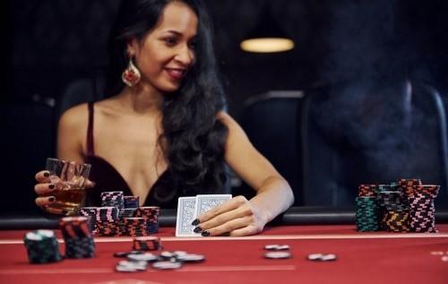 کارت های بازی پوکر به چه صورت بین بازیکنان پخش می شود ؟